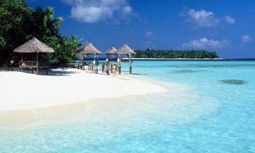 Pasir putih mengelilingi pulau ditambah beningnya air laut, membuat Maladewa tekenal dengan wisata