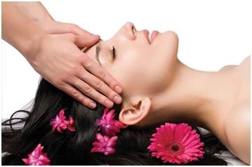Lewat energi pijatan dari pemijat dan usapan lembut pada kepala, pasien akan merasakan nyaman kepalanya dan pusing pun hilang.