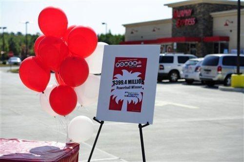Kumpulan balon merah dipasang sebagai tanda undian lotere Powerball telah dimenangkan