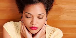 Memijat kepala atasi migren  atau pusing dengan teknik self healing reiki.