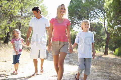 Di hari libur membiasakan diri untuk berolahraga bersama keluarga di lingkungan sekitar, misalnya jalan kaki sehat di pagi hari.
