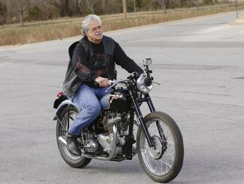 Donald DeVault tidak canggung lagi mengemudikan sepeda motor antiknya sekalipun sudah lama tidak mengemudikan karena hilang dicuri orang.
