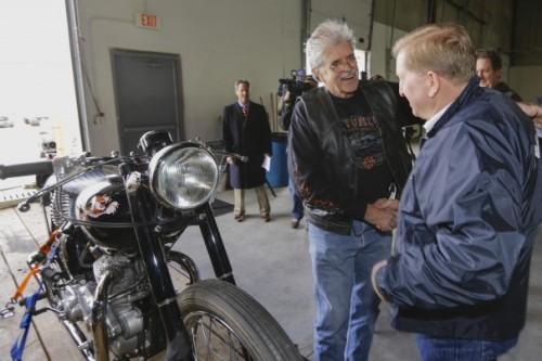 Donald DeVault mengucapkan terima kasih kepada petugas otoritas pabean California yang telah menunjukkan ada sepda motor antik hendak dikirim ke Jepang.
