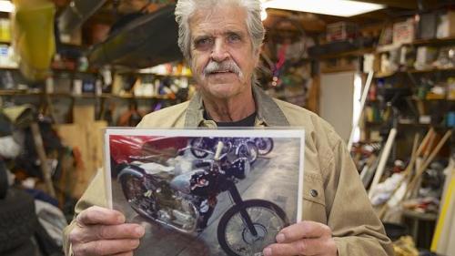 Donald DeVault berpose memegang photo sepeda motornya yang dicuri orang hampir setengah abad lalu, Rabu ( 6/11 ) di Omaha Neb. AP Photo by Nati Harnik.