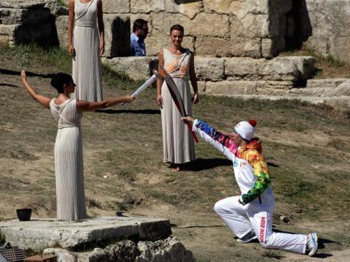 Perjalanan panjang obor Olimpiade Sochi 2014 dimulai sesaat setelah disulut oleh Pendeta Tinggi Ino Menegaki di Ancient Olympia, Yunani, pada 29 September 2013. Milos Bicanski/Getty Images.