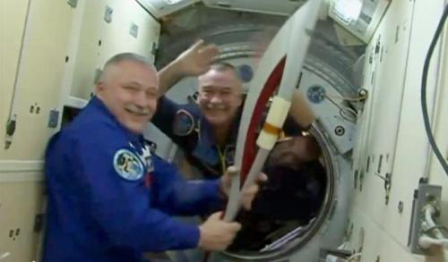 Kosmonot Fyodor Yurchikhin, komandan International Space Station, memegang obor Olimpiade Sochi 2014. AP Photo/NASA