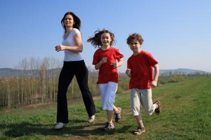 Mengajak buah hati untuk mau berolahraga harus ditanamkan sejak anak-anak. Tujuannya, menjadikan tubuh tetap bugar, sehat dan melatih kelenturan otot dimana masa tubuh anak sedang berkembang. Lakukan kegiatan ini sambil menghirup udara segar di pagi hari.