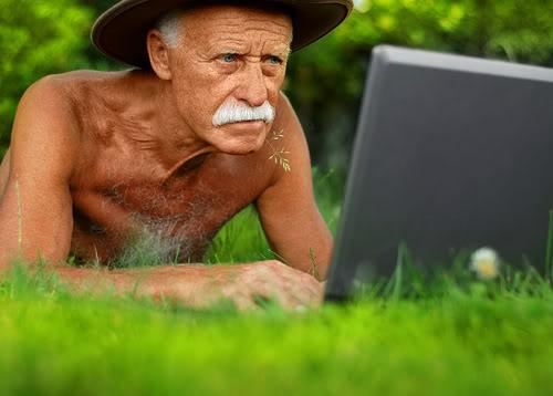 Menjadi tua adalah proses alamiah pada diri setiap orang. Agar tua tidak pikun, membiasakan diri bermain games di komputer, sebagai sarana melatih otak tetap kuat daya ingatnya.