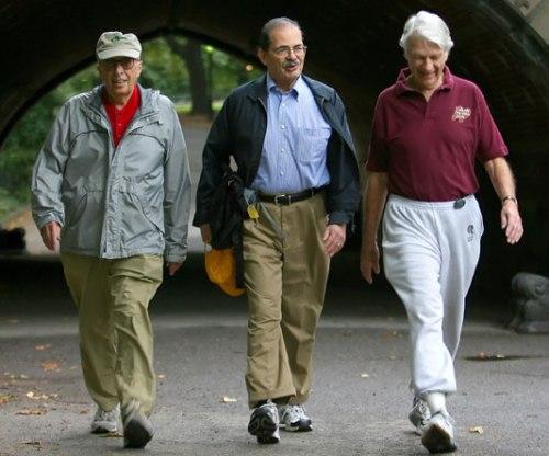 Agar otak tetap sehat tidak mudah pikun, orangtua perlu membiasakan diri berolahraga ringan, misalnya jalan kaki.