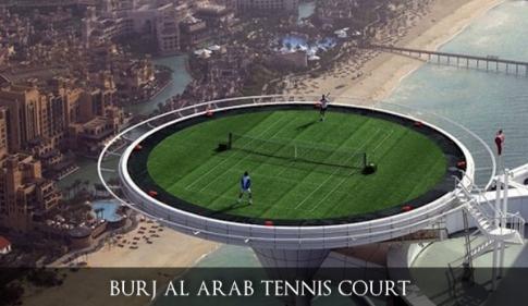 Saat pertandingan tenis antara Andre Agassi melawan Roger Federer.