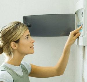 Karena itu turunkan tombol utama di meteran listrik agar jaringan listrik di rumah yang mulai kemasukan air agar aman dari arus listrik.