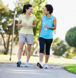 Olahraga luar ruang berjalan kaki untuk kesehatan jantung, bisa dilakukan sambil bercakap-cakap.