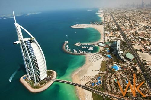 Hotel Burj-al-Arab yang dihubungkan jembatan melengkung sw