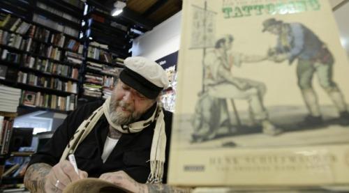 Hirschfeld ingin gambar tato di punggungnya tetap awet, jika kelak dia meninggal dunia.