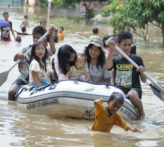 Saat air mulai naik ke permukiman, tindakan aman adalah mengungsi.