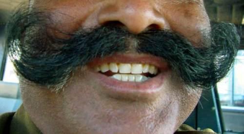 Kumis tebal lebat milik Sujeev Kumar asal Thiruvananthapuram, India justru menjadi masalah saat sedang diperiksa paspornya setiba di Bandara Sharjah, UEA.