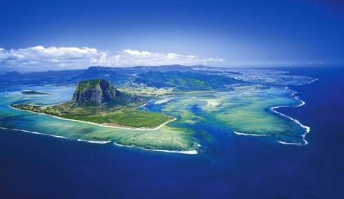 Terletak sebelah timur Madagaskar, Mauritius memiliki luas 1865km, bersama dengan 330 kilometer dari garis pantai, pantai Mauritius banyak dikunjungi para turis dari berbagai penjuru. Daerah di Mauritius yang dinamakan Le Morne Brabant ini telah lama dijadikan cagar budaya dan juga diakui sebagai Situs Warisan Dunia oleh UNESCO.