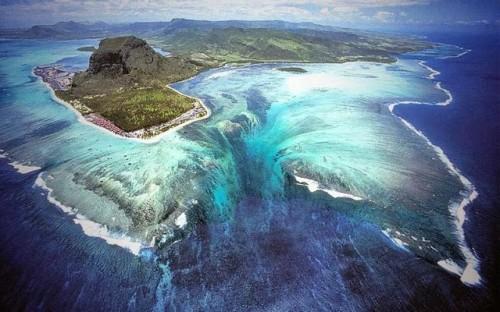 Jika ada satu tempat di dunia ini yang menawarkan ilusi air terjun bawah laut yang indah di pantainya, pastilah nama tempat itu adalah Kepulauan Mauritius.