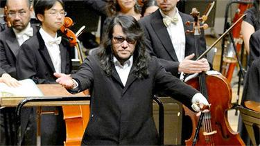 Komposer musik klasik era digital, Mamoru dalam salah satu aksinya.