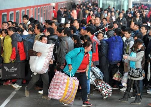 Ibu Peng berharap tahun ini Peng bisa mudik ke China buat merayakan Imlek 2014. Suasana stasiun kereta api Beijing seminggu jelang Imlek 2014.