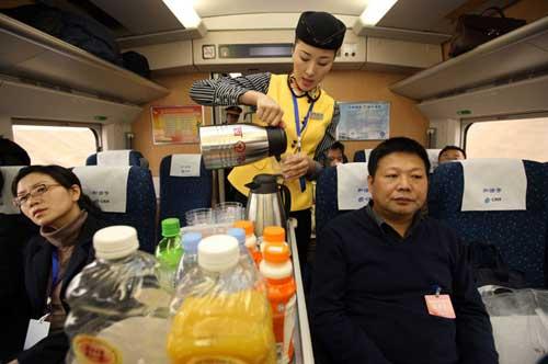 Sekalipun dalam perjalanan pulang menggunakan kereta api dengan pelayanan istimewa, tetap membuat Huang gelisah dan diam membisu.
