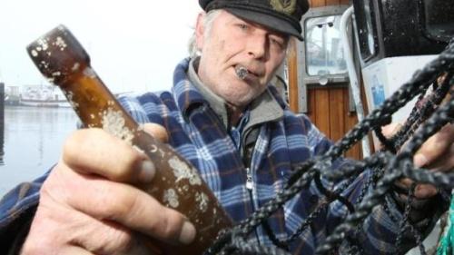 Fisher Konrad dengan botol tua penemuannya.