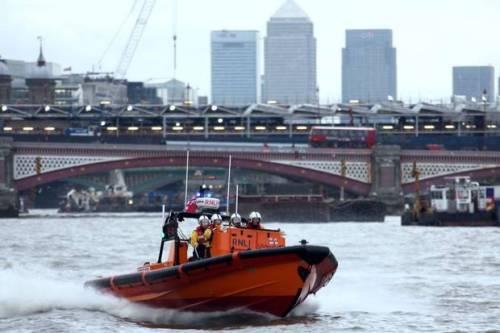Regu penyelamat dalam panggilan lalu meluncur ke bawah Jembatan London. (Picture: RNLI/James Oxley)