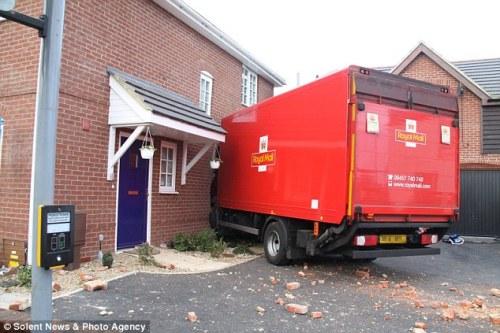 Moncong truk masuk ke kamar tamu dalam posisi terjepit dinding bangunan rumah Len dan Wiles.