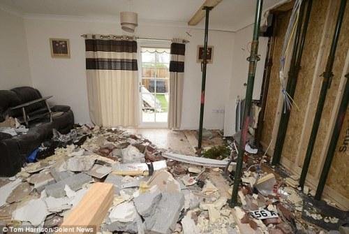 Ruang tamu rumah Len dan Wiles berantakan karena hantaman moncong truk yang masuk rumahnya di pagi buta.