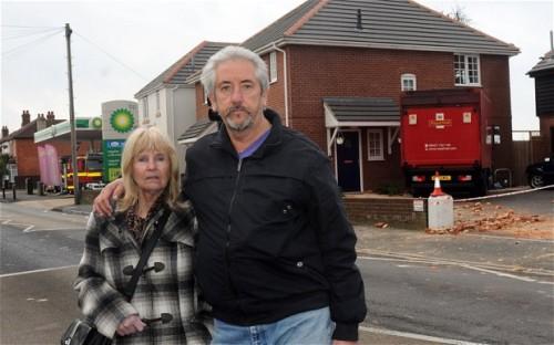 Pasangan Len dan Wilies di halaman depan rumahnya yang tertabrak truk jawatan pos Inggris.