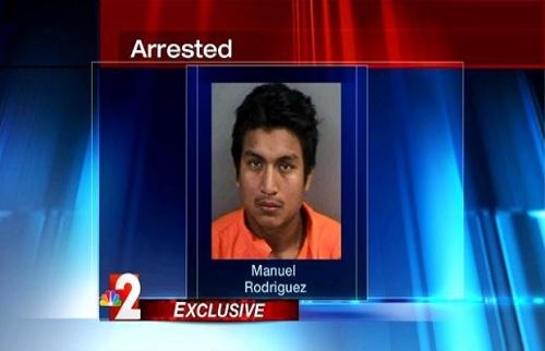 Manuel Rodriguez terperangkap di dalam kamar mandi rumah Janet Gonzales. Dia kedapatan menyembunyikan celana dalam milik anak perempuan Janet Gonzales.