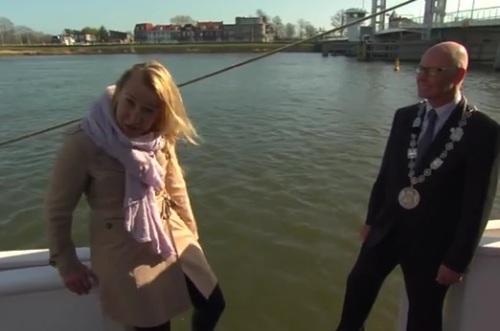TV reporter Marha sedang mewawancarai walikota sebelum dirinya jatuh ke air dingin.
