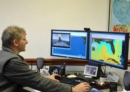 Eric Chassignet sedang menganalisa perubahan suhu bumi dari panas ke dingin dan sebaliknya.