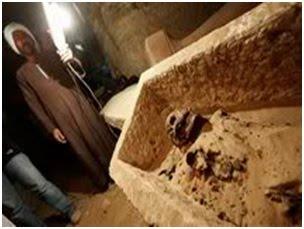 Hanya diterangi oleh obor dan cahaya kamera, pekerja Mesir menemukan sakrofagus berusia 2600 tahun, Mumi ini terbungkus kanvas, merupakan bagian dari penggalian arkeologi di kedalaman 36 kaki di bawah situs purba, Saqqara.