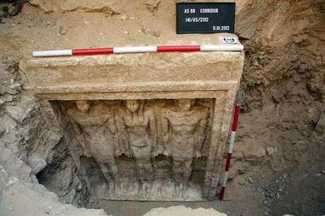 Penggalian arkeologi yang dilakukan pada dua makam kuno di Saqqara mengungkap mumi ratu Mesir Kuno. Jasad yang terawetkan ditemukan di bawah salah satu   bangunan bawah tanah.