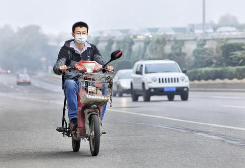 Wang warga Beijing terpaksa pakai masker saat istrinya pindah tempat ke Hainan hanya karena polusi asap di Beijing. Akhirnya Wang menggungat cerai istrinya karena tidak mau tinggal kembali di Beijing yang kotor udaranya.