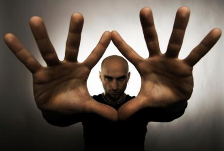 Tanamkan dalam diri terus menerus bahwa hipnotis dan gendam tak mempan bagi orang yang sadar dan mengatakan tidak. Sekali lagi tidak.