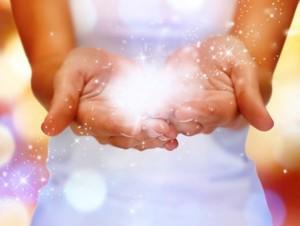 Saat chakra kedua telapak tangan aktif mengalirkan reiki, segera arahkan kedua telapak tangan ke makanan dan minuman.