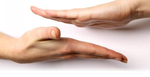 Salah satu cara mendeteksi chakra kedua telapak tangan aktif mengairkan reiki, hadapkan kedua telapak tangan. Jika peka akan ada energi memantul keluar dari masing-masing chakra telapak tangan.