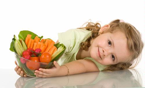 Setiap organ tubuh dapat bekerja maksimal asalkan peredaran darahnya lancar, termasuk otak dan jantung. Nah, meski alpukat termasuk mengandung banyak lemak, orang tua tak perlu khawatir karena lemaknya termasuk menguntungkan, ia melancarkan peraliran darah dan memicu pertumbuhan sel otak.     Sehari, cukup berikan 1/4 alpukat untuk si Kecil. Penyajianya bisa langsung, dipping atau jus dengan gula palem.