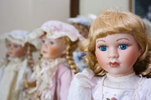 Boneka porselen misteri akhirnya terkuak setelah seorang wanita jemaah gereja mengaku sebagai pelaku penempatan boneka di terss rumah warga Clemente.