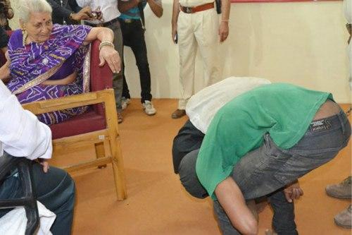 Setelah dilempuhkan nenek Premlata, dua pencuri diberi hukuman tambahan push-up agar ototnya jadi kuat.