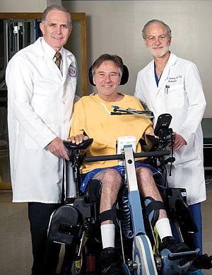 Graham Creasey (kiri) dan Gary Steinberg (kanan) sudah mulai cedera tulang dan program perbaikan tulang belakang membantu pasien merebut kembali beberapa kemampuan.