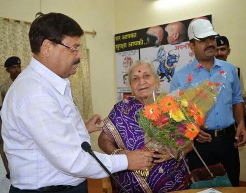 Nenek Premlata mendapat pujian dari kepolisian karena berani melawan dua pencuri yang masuk rumahnya.