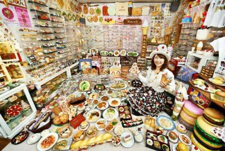 Akiko Obata kolektor plastik terbanyak.
