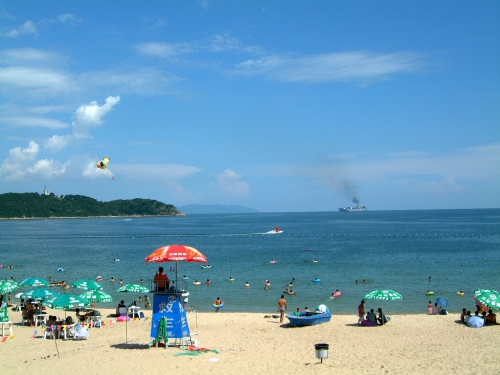Mata Zang melihat keindahan pantai membuatnya terlena sehingga ia  ditangkap polisi.