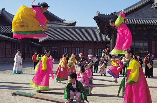 Berbagai lomba ketangkasan diadakan sambut perayaan Chuseok yang meriah di Korsel.