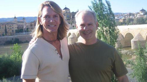 Edward Gamson ( kanan ) dan pasangannya, baru sadar setelah  dirinya tiba di Grenada, pulau wisata di kawasan Karibia. Padahal tujuan dia berlibur ke Granada, Spanyol.