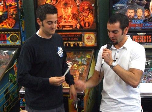 Josh Sharpe ( kiri ) Presiden Asosiasi Pinball Internasional.