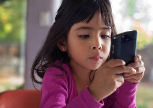 Di era digital saat ini, anak sudah dikenalkan telepon pintar untuk main game, selain untuk menjalin komunikasi di dunia maya.